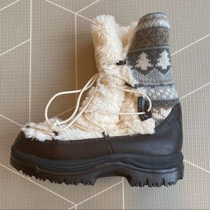Muk Luks Leather Trim Size 9 *Fits more like an 8